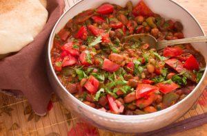 طريقة عمل الفول بالخضروات لإفطار خفيف وشهي