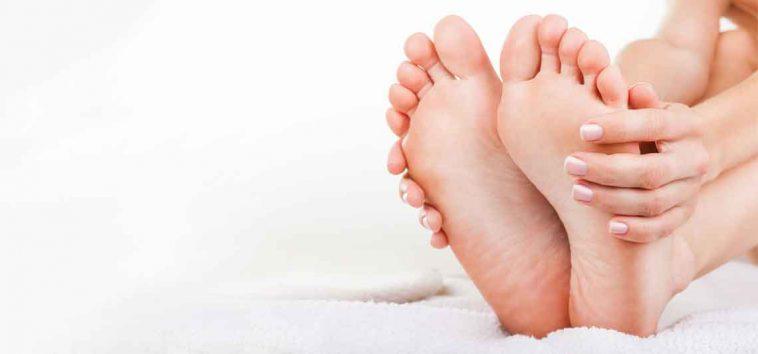 الجلسرين وماء الورد لتنعيم القدمين وتفتيحها وعلاج تشقق الكعبين