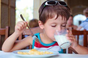 كم يحتاج طفلك من الحليب يوميًا حسب عمره.. لن تتوقعي ذلك