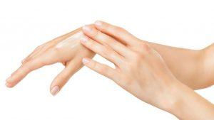 وصفة الزبادي وجل الصبار لترطيب وتنعيم اليدين