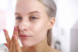الطريقة الصحيحة لوضع البرايمر على الوجه لمكياج مثالي