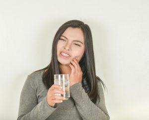 3 وصفات طبيعية منزلية لعلاج ألم الأسنان الحساسة