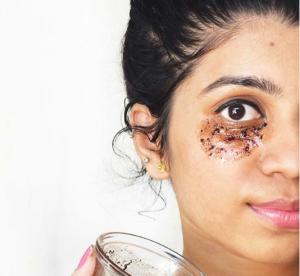 ماسك القهوة السحري للتخلص من الخطوط التعبيرية حول العين