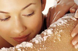 السكر وزيت جوز الهند لتقشير البشرة الجافة.. صنفرة طبيعية للجسم