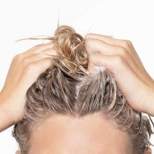 طريقة تقشير فروة الرأس طبيعيًا لتنظيفها وتقوية البصيلات