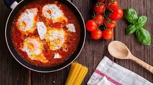 قدمي البيض بالفلفل الحار والطماطم على الفطار