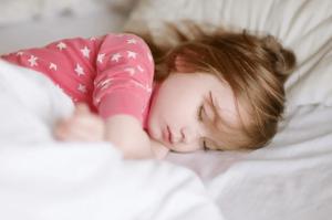 5 طرق تساعدك على تنظيم نوم طفلك أيام الدراسة