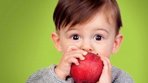تعرفي على أهمية تناول طفلك للفواكه