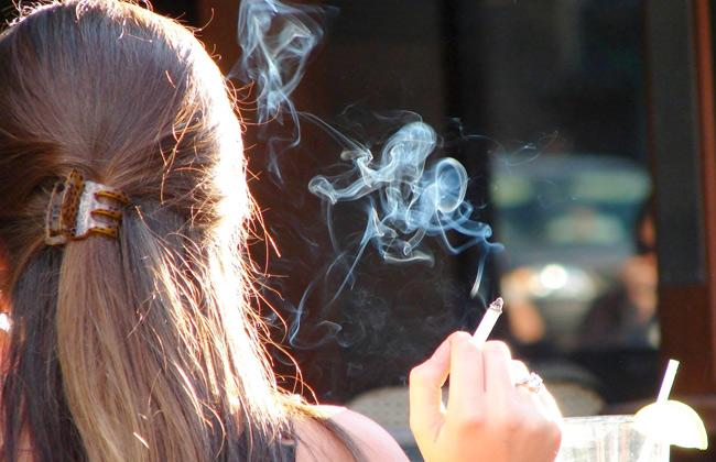 التدخين السلبي يضر بعيون الأطفال ويسبب موت الرضع