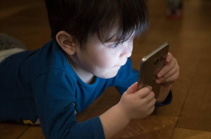 أضرار خطيرة تصيب طفلك من التعلق بالأجهزة اللوحية.. خدي بالك