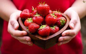 وصفة الفراولة والطمي للعناية بالبشرة الدهنية.. تفتيح ونضارة