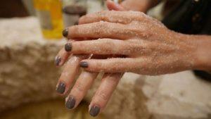 أسهل وصفة لتبييض اليدين بسرعة بمكونات طبيعية