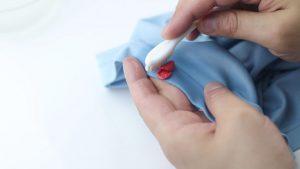 أسهل طريقتان للتخلص من التصاق اللبان في الملابس
